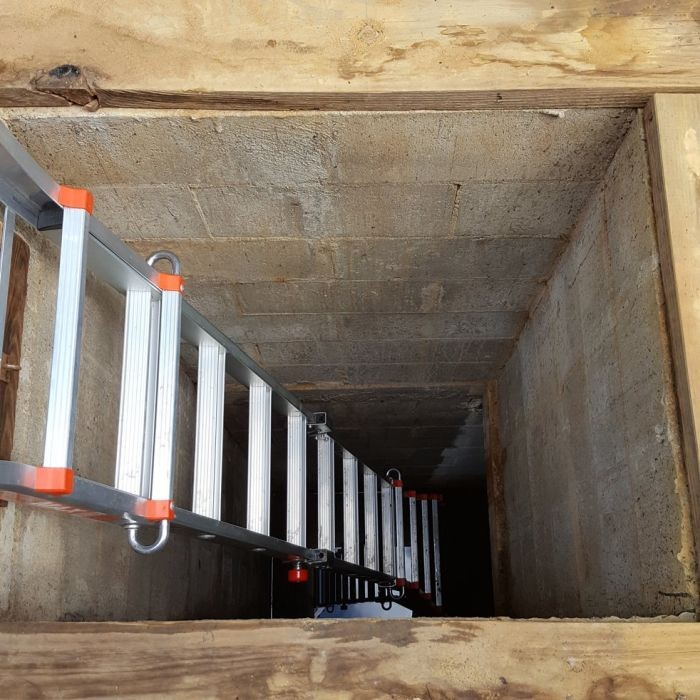 Подземный бункер времен холодной войны на территории дома (21 фото)