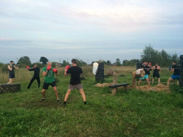 Деревенские парни сами построили спортивную площадку (15 фото)