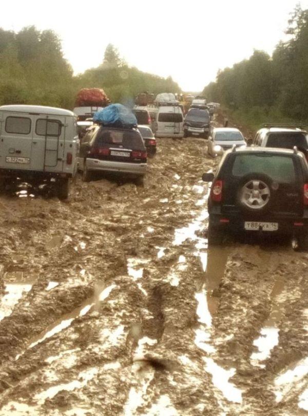 Грязевая ловушка на российской трассе (2 фото)