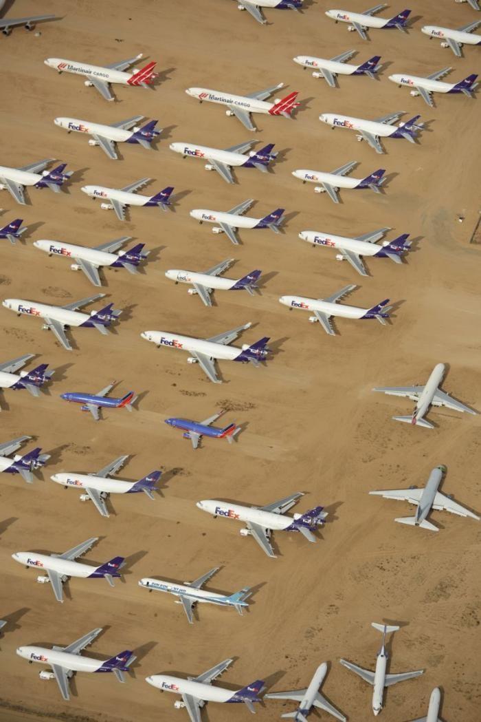 Кладбище в пустыне, где покоятся 300 000 новых самолетов (7 фото)