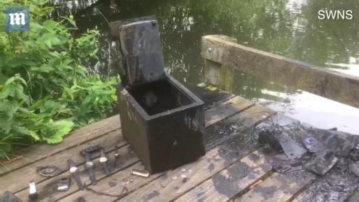Рыбак нашел сейф на дне озера полный драгоценностей (7 фото)