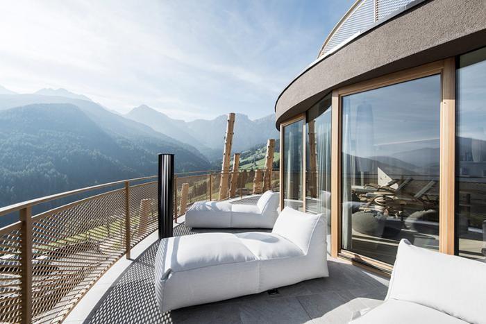 Отель с бассейном на высоте 50 метров в Италии (15 фото)