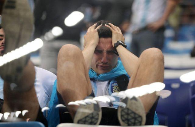 Горе футболистов и болельщиков после поражения (19 фото)