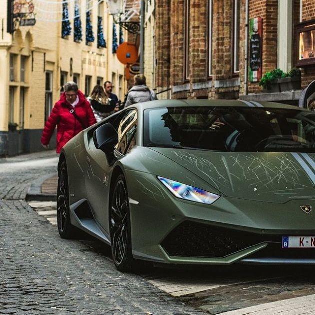 Вандалы повредили суперкар Lamborghini Huracan Avio (4 фото)