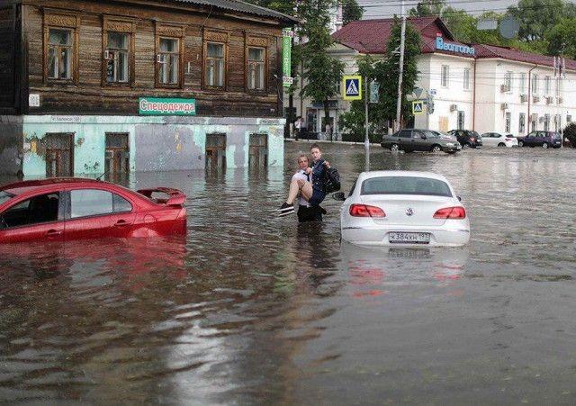 В Нижнем Новгороде парень спас женщин из тонущих машин (6 фото)