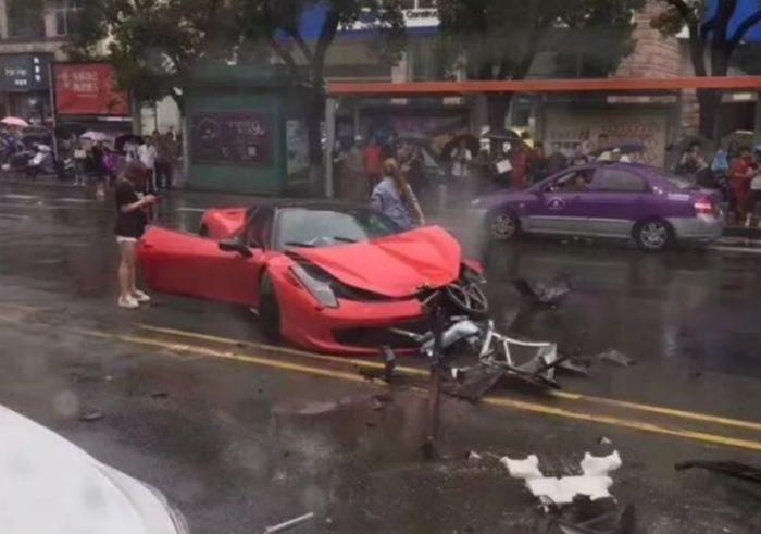 Девушка разбила арендованный Ferrari, как только села за руль (2 фото)