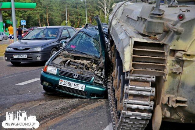 БМП наехала на легковой автомобиль на выезде из Гродно (8 фото)