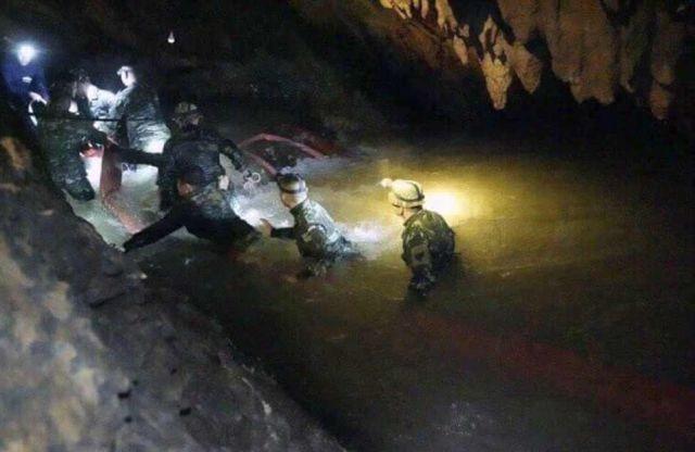 12 детей провели в пещере 10 дней и попали в ловушку (3 фото)