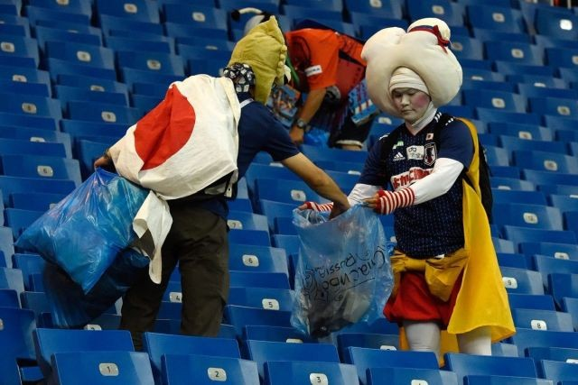 Японские болельщики после поражения в матче Бельгия - Япония (3 фото)