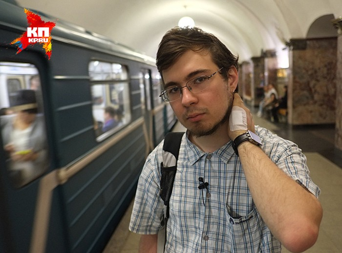 Парень оплачивает метро простым прикосновением руки (4 фото)