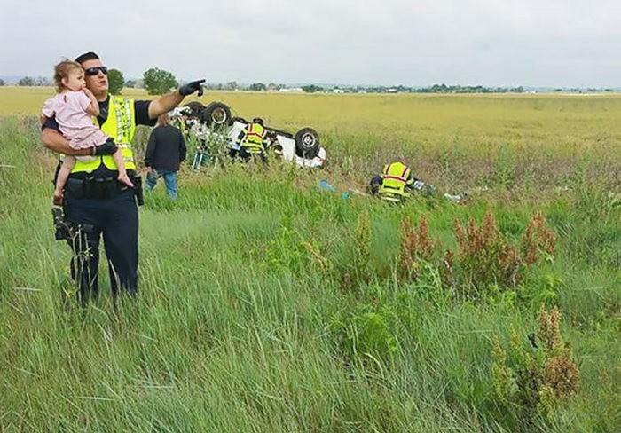 Полицейский отвлекает ребенка от аварии (3 фото)