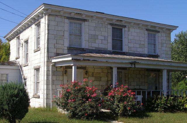 Старый особняк, построенный из необычного материала (5 фото)
