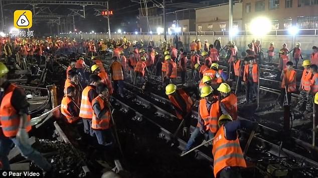 В Китае за 9 часов построили новую железнодорожную развязку (4 фото)