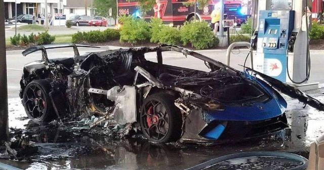 Lamborghini сгорела на заправке из-за забывчивого водителя (3 фото)