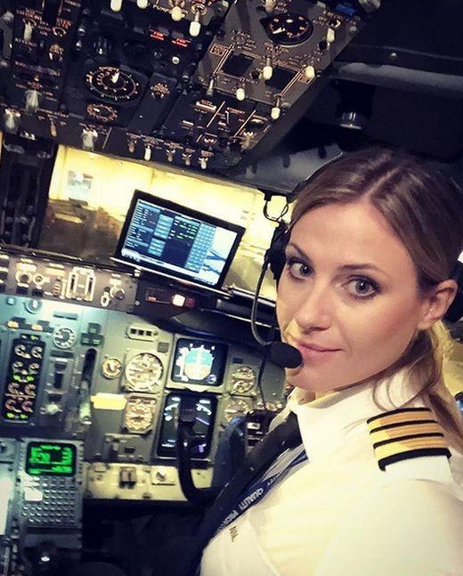 Пилот из Швеции, которая ранее работала парикмахером (15 фото)