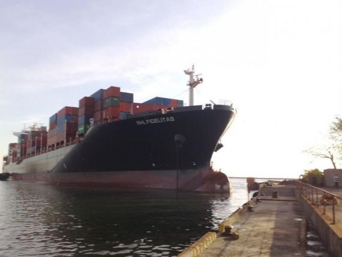 Корабль снес причал (6 фото)