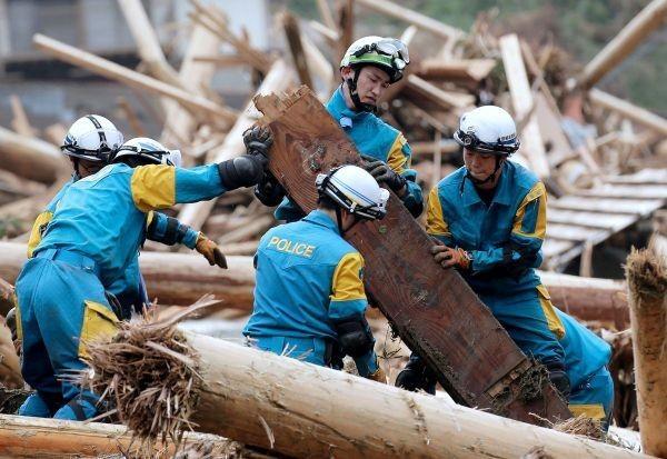 В Японии сильнейшие ливни и оползни хоронят населенные пункты(10 фото)