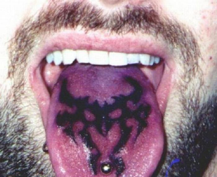 Новый модный тренд: татуировки на языках (16 фото)