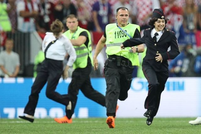 "Участники ""Pussy Riot"" выбежали на поле во время матча (6 фото)"