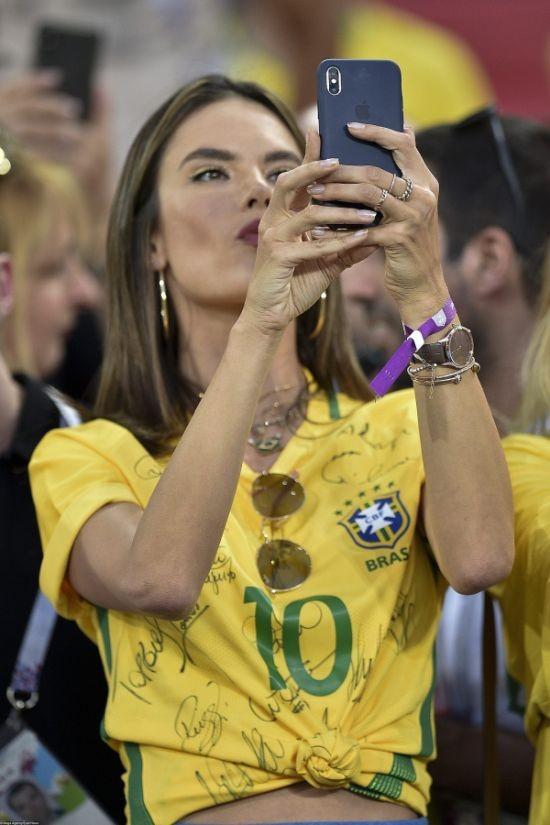 Федерация футбола попросила реже показывать болельщиц (31 фото)