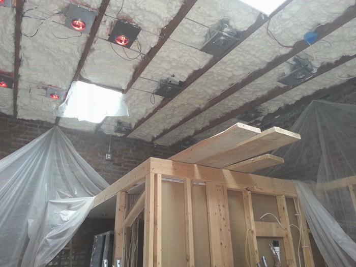 Переделал складское помещение в малогабаритную квартиру (22 фото)