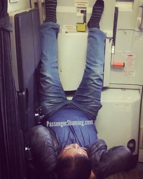 Пассажиры, которые не знакомы с правилами приличия (22 фото)