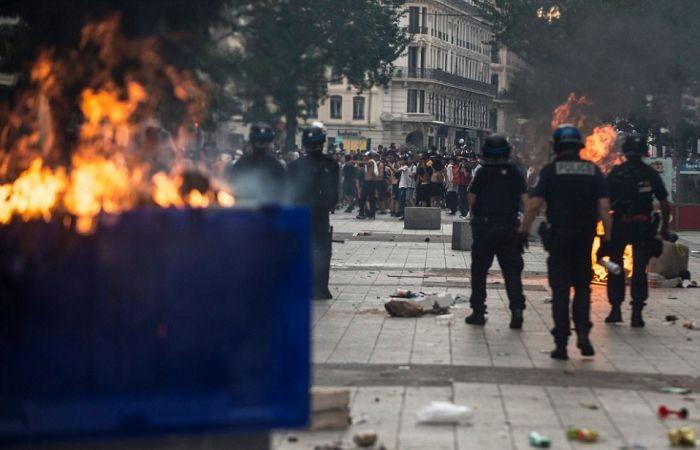 Массовые беспорядки и погромы во Франции после победы в ЧМ (25 фото)