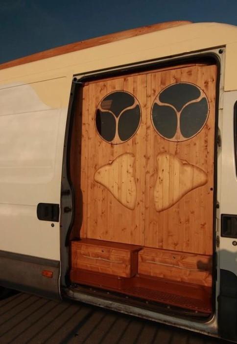 Переделал фургон в дом на колесах (27 фото)