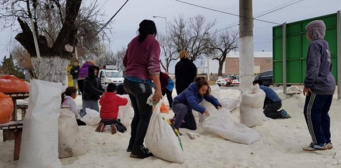 Праздник на их улице: перевернулась фура с сахаром (7 фото)