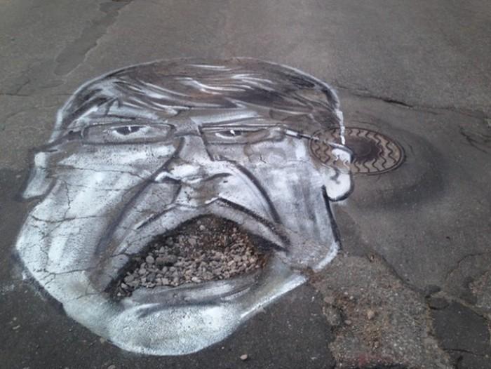 Активисты нарисовали на дорожных ямах части собственного мэра (4 фото)