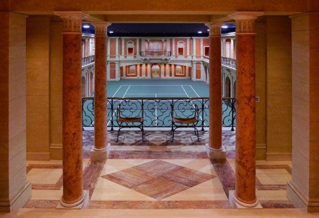 Уникальный особняк, который спускается под землю на 5 этажей (33 фото)