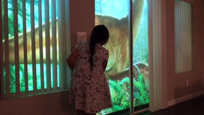 Сюрприз для дочки: окно с динозаврами (7 фото)