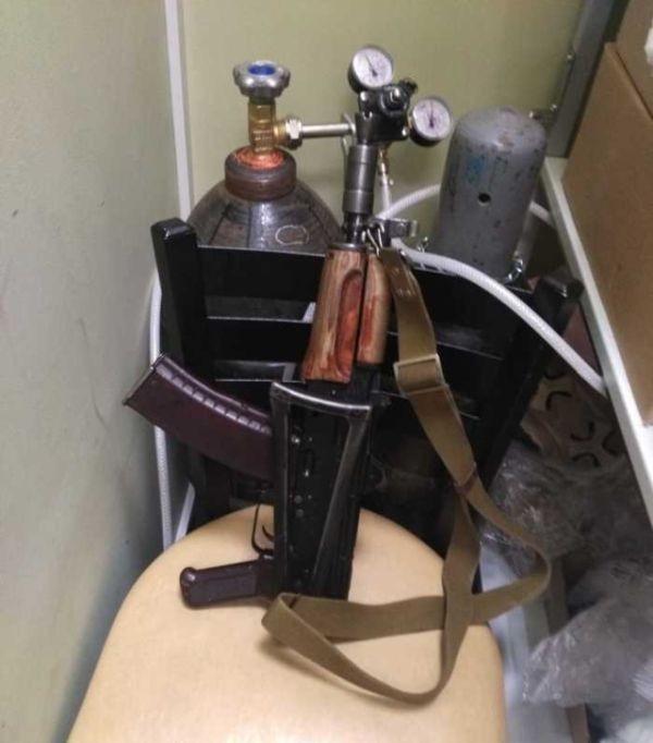 Бойцы ОВО Росгвардии забыли оружие в одном из кафе (5 фото)