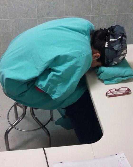 Врачи поддержали коллегу, уснувшую на рабочем месте (15 фото)