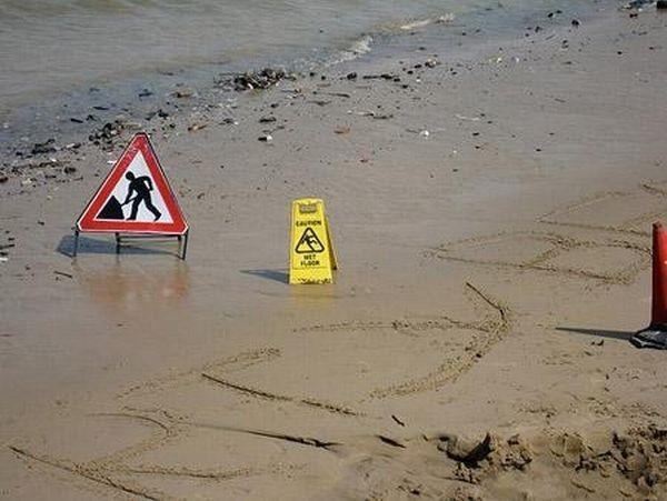Знаки, найденные на пляже (10 фото)