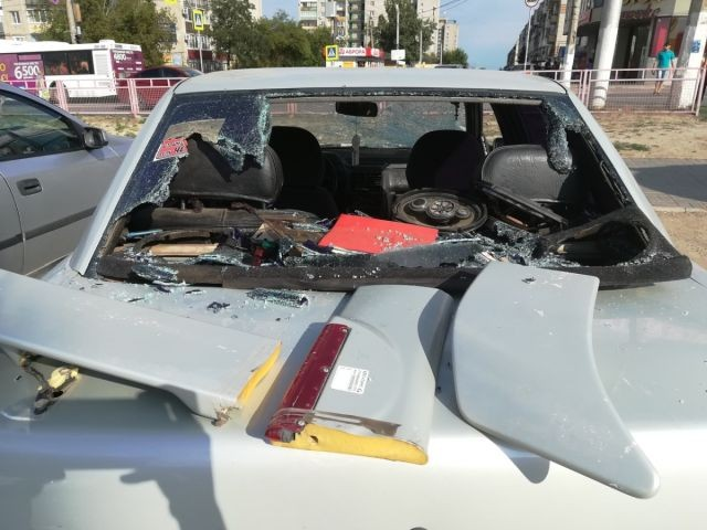 Девушка разбила костылём все стекла в чужом автомобиле (5 фото)