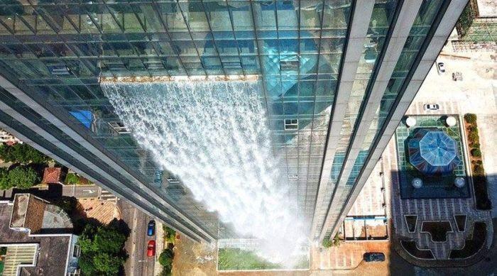 В Китае построили водопад, стекающий со стены небоскреба (4 фото)