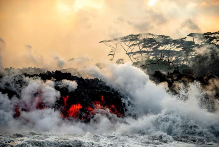 Завораживающие кадры извержения вулкана Килауэа на Гавайях (16 фото)