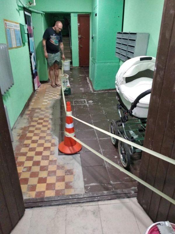 Мигранты взялись за ремонт подъездов в Химках (3 фото)