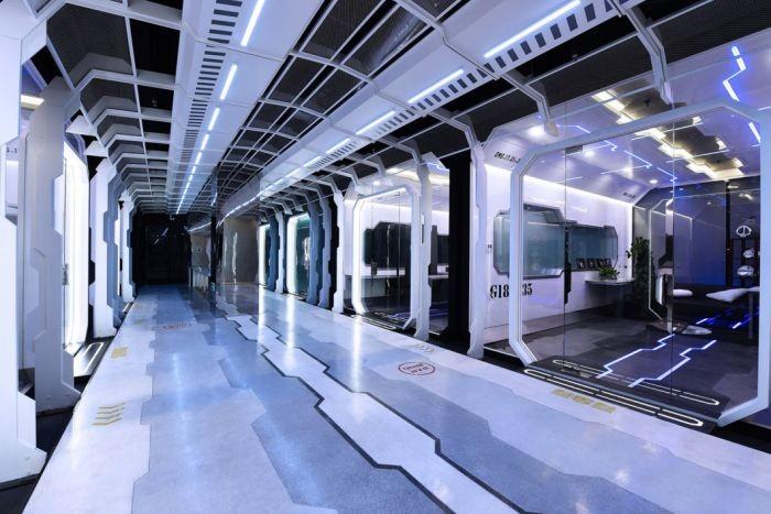Футуристический тренировочный центр киберспортсменов (10 фото)