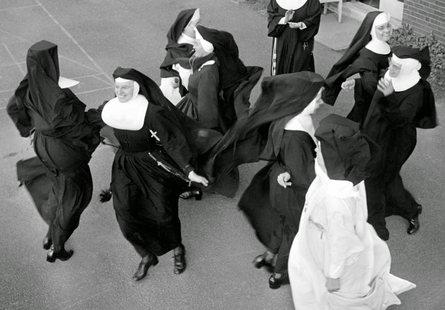 Жизнь за стенами монастыря не заканчивается (22 фото)