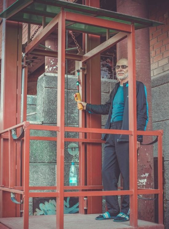 Инженер на пенсии соорудил лифт для своих внуков-инвалидов (6 фото)