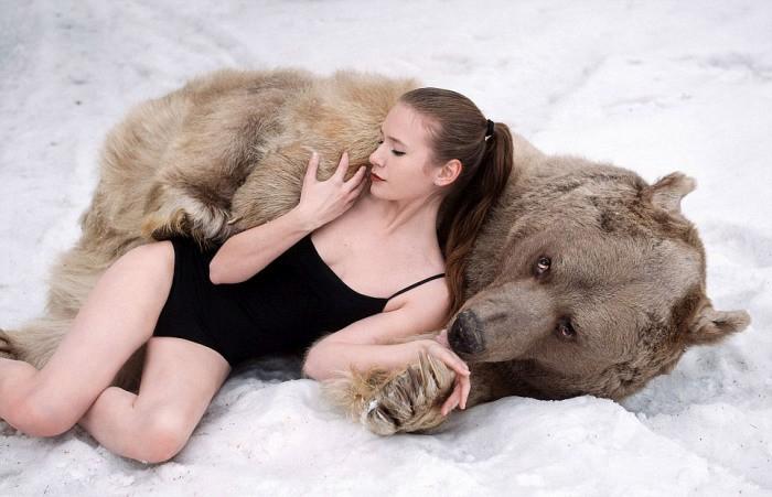 Шокирующая фотосессия русских моделей с медведем (11 фото)