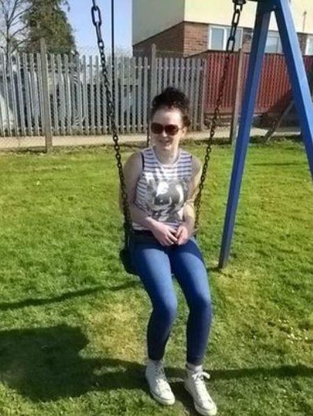 Девушка решила вспомнить молодость и застряла в качелях (3 фото)