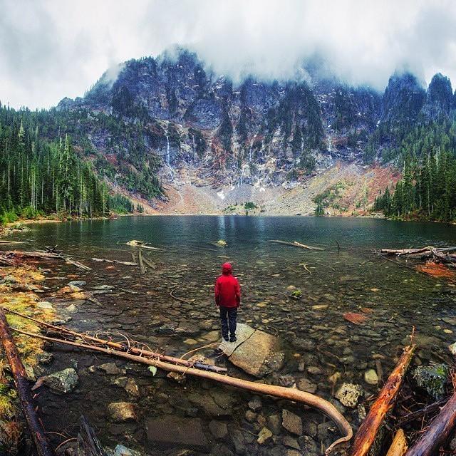 Удивительные фото людей на фоне природных явлений (30 фото)