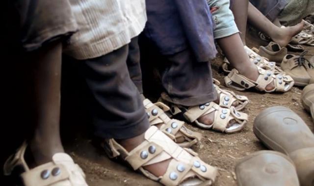 Сандалии для бедняков, которые растут вместе с детьми (6 фото)