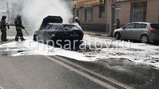 Автомобиль Audi полностью сгорел после наезда на люк (7 фото)