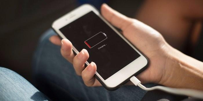 Как зарядить телефон без электричества (4 фото)