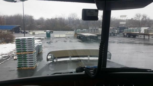 Почему стоит остерегаться грузовых автомобилей (2 фото)