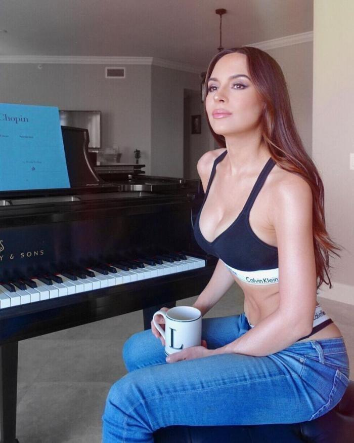 На пианистку наехали за излишнюю сексуальность (5 фото)